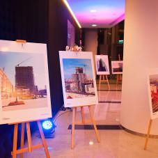 Wystawa zdjęć prezentująca kolejne etapy budowy