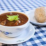Zupa gulaszowa z bułeczką
