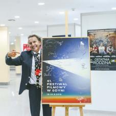 Marek Wysoczyński i plakat z autografami gwiazd