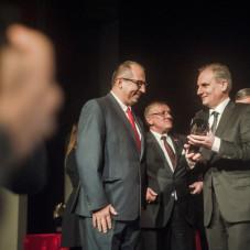 Dariusz Drelich wręcza statuetkę Piotrowi Łukasikowi
