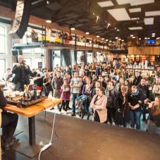 Uczestnicy podczas pokazu parzenia herbaty