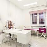 Gabinet położnej. Intymna atmosfera do zbierania wywiadu w czasie rejestracji do lekarza.