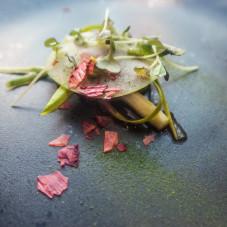 Szparagi, truskawki w syropie pieprzowym,musztardowiec, emulsja z natki i yuzu