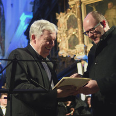 Konstanty Andrzej Kulka odbiera medal Prezydenta za całokształt pracy artystycznej