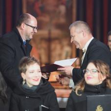 Adam Okrój odbiera nagrodę od prezydenta miasta