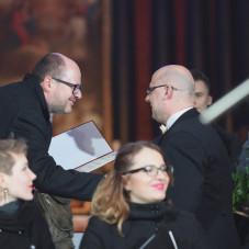 Damian Wdziękoński odbiera nagrodę od prezydenta miasta