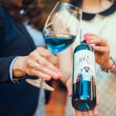 Gik - niebieskie wino zostało wylicytowane za 350 zł