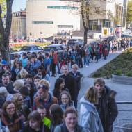 Tłumy chętnych przed wejściem do teatru
