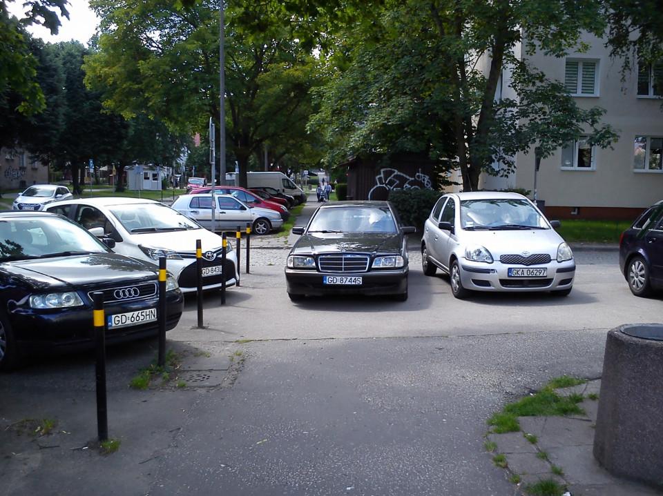 Mercedes na środku chodnika