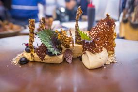 Szef Roku, Marcin Popielarz (Biały Królik) - deser - lody z karmelizowanego topinamburu ze słonym karmelem i fermentowany bez