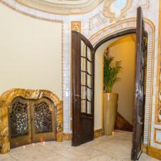 Po obu stronach wejścia widać ozdobne majoliki