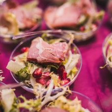 Sałata rzymska z wędliną długodojrzewającą, granatem, papryką i dresingiem ziołowo- miodowym