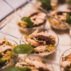 Kasza kuskus z kurczakiem, zielonym pesto, suszonymi pomidorami, chilli i pietruszką.