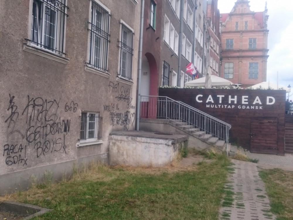 Dzieciaki Zaczely Wakacje Fasada Budynku Miedzy Zlota A Krowia