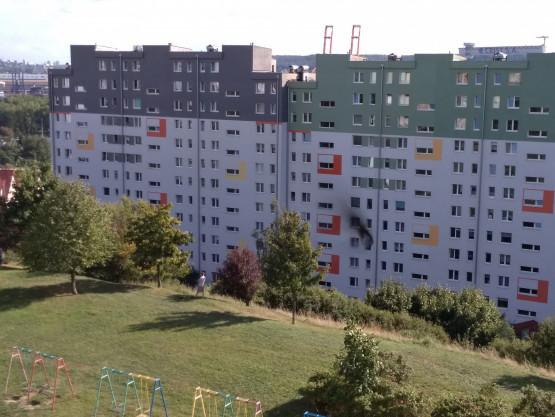 Dogaszanie pożaru mieszkania na Krawieckiej w Gdyni