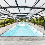 Przelewowy basen wewnętrzny Niveko Advance z korytem z szarego granitu i zadaszeniem