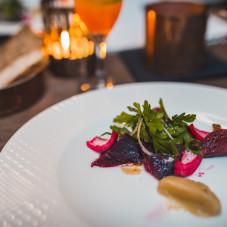 MAKRELA  marynowany w burakach filet z makreli / czerwona piklowana cebula / dresing z chrzanu / mini sałatka z kaparów i natki pietruszki