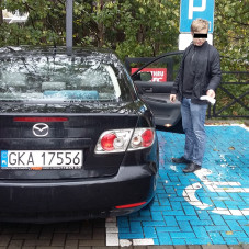 Egoista z Mazdy zablokował możliwość wejścia do samochodu.