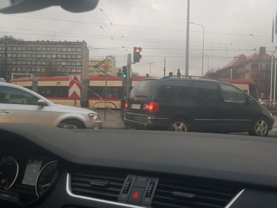 Tramwaj blokuje skrzyżowanie Trasy WZ z 3 Maja