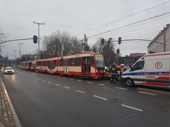 Stłuczka tramwaju i taksówki