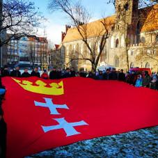 Ogromna flaga Gdańska uszyta przez harcerzy ZHR