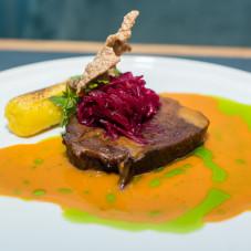 Drugie danie główne autorstwa Jacka Koprowskiego - ozór wołowy, z dodatkiem ziemniaków i czerwonej kapusty. Całość w sosie ze skorupiaków.