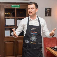 Sommelier Paweł Zduniak nie tylko dobrał trunki, ale również opowiadał gościom o wszystkich daniach oraz ich inspiracjach zaczerpniętych z gdańskiej historii.