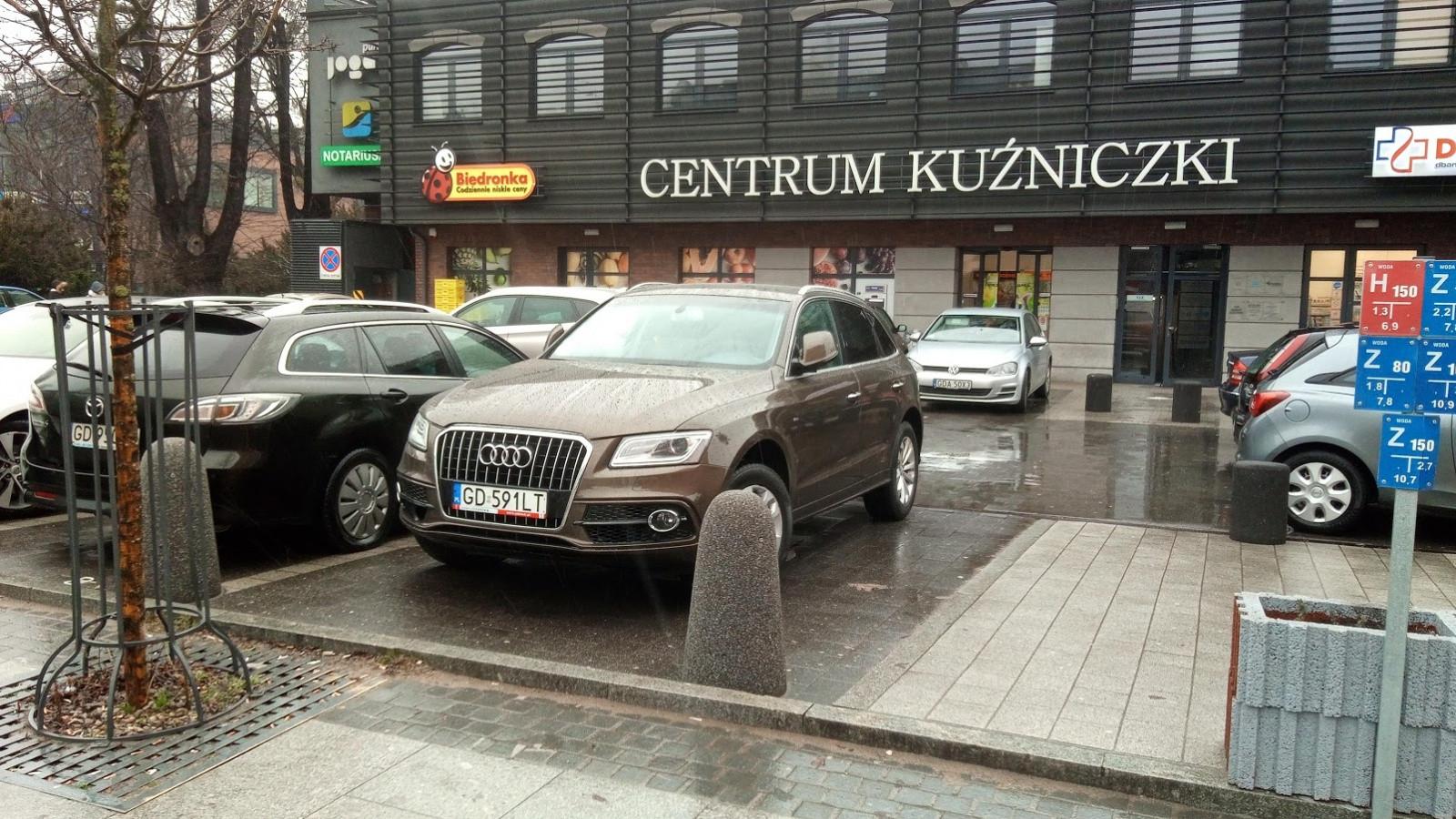 Zaparkaowane Audi GD591LT na miesjcu dla osób niepełnosprawnych