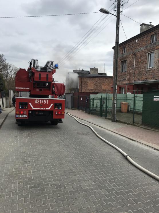 Strażacy dogaszają pożar na Rymarskiej na Obłużu