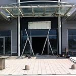montaż szyldu nad wejściem