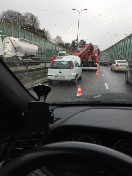 Skutki wypadku na Trasie Kwiatkowskiego w stronę obwodnicy
