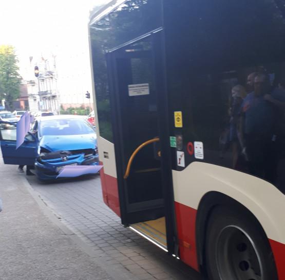 Zderzenie autobusu 127 z osobówką we Wrzeszczu