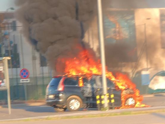 Pali się auto na parkingu Decathlonu w Gdańsku