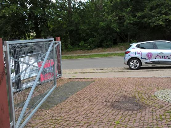 Traficar blokuje wjazd na posesję