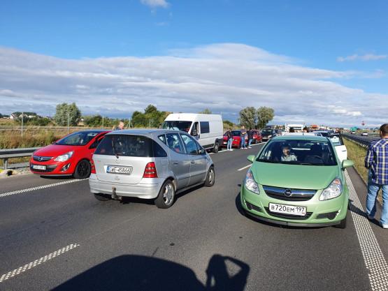 Wypadek na S7. Kierowcy cofają się 'korytarzem życia'