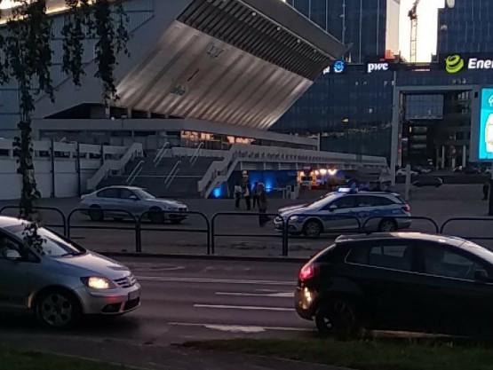 policja na parkingu przy Hali Olivia