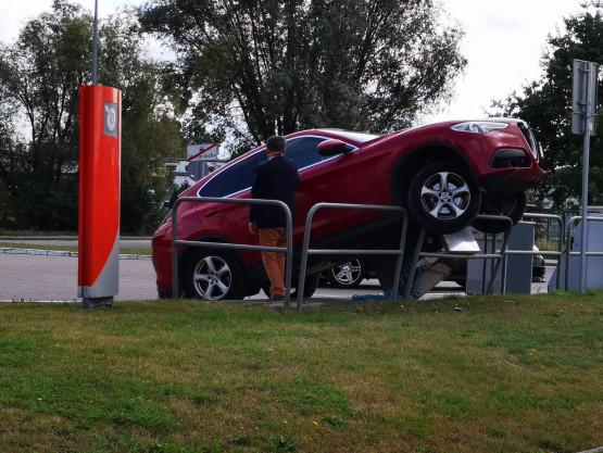 Auto wjechało na barierki na stacji paliw