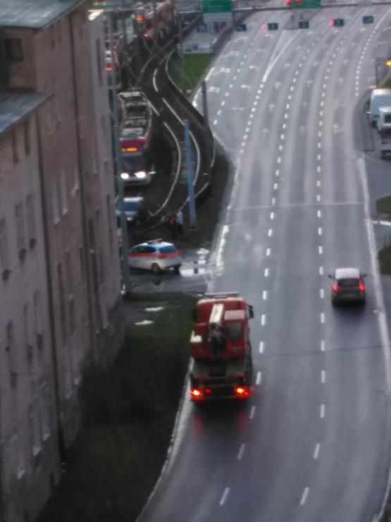 Auto na torach tramwajowych kolo Galerii Baltyckiej