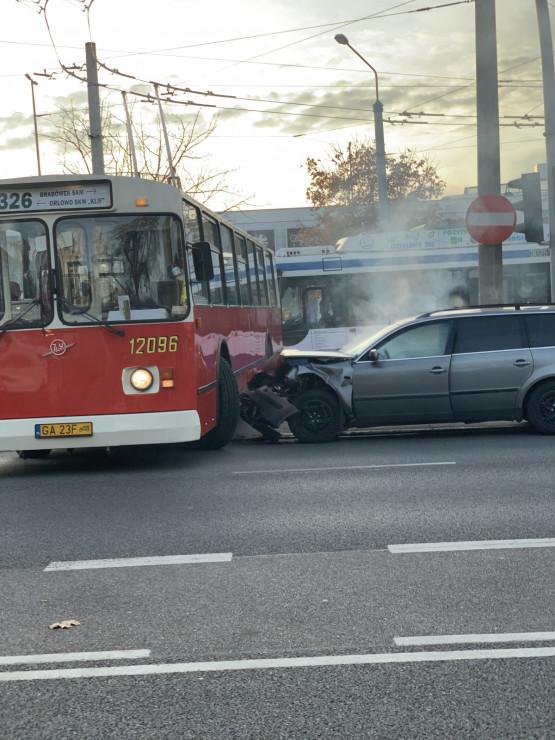 Samochód uderzył w zabytkowy trolejbus