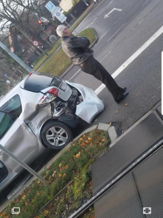 Auto wjechało pod tramwaj