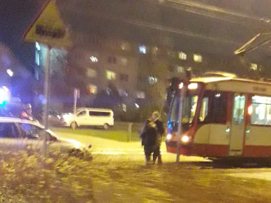 Kolizja tramwaju z osobówką na przystanku Piastowska