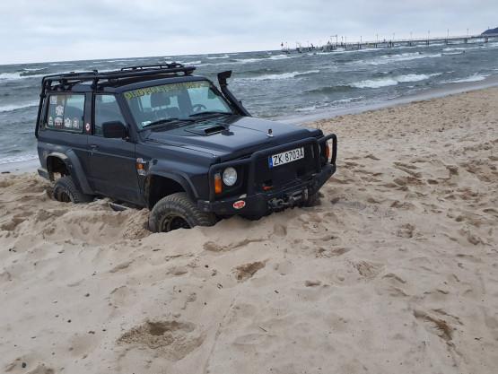 Auto terenowe zakopane na plaży w Mechelinkach