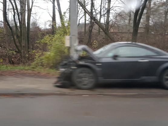 Auto wbiło się w słup na al. Zwycięstwa w Gdyni