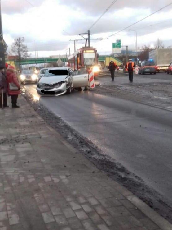 Korki po zderzeniu auta i tramwaju przy Sucharskiego