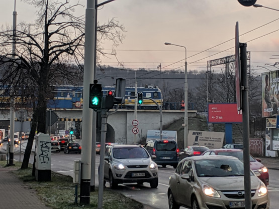 Skm stoi na wiadukcie przy ulicy Wielkopolskiej, ruch skm zablokowany