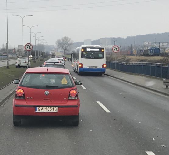 Kolizja autobusu i auta na ul. J. Wiśniewskiego