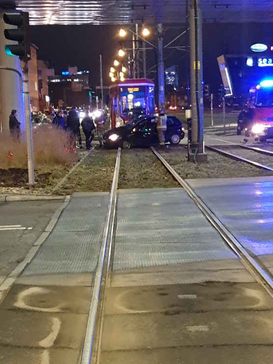 Skutki zderzenia tramwaju z autem przy Galerii Bałtyckiej