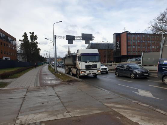 Ciężarówka blokuje al. Żołnierzy Wyklętych we Wrzeszczu