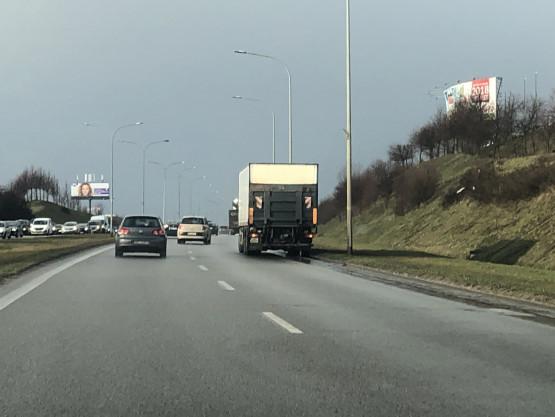 Ciężarówka blokuje pas Armii Krajowej w kierunku obwodnicy