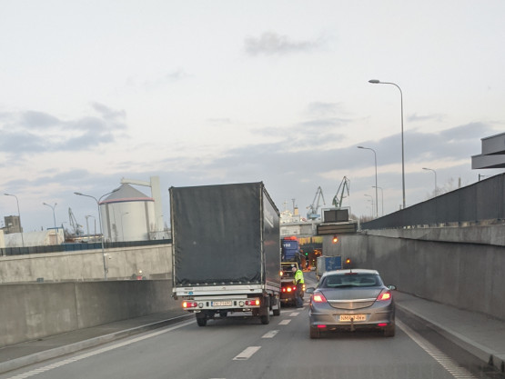 Ciężarówka blokuje wjazd do Tunelu pod Martwą Wisłą